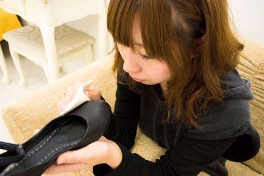 靴磨きをする